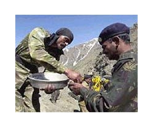 india-kashmir-soldier-sweets-lg